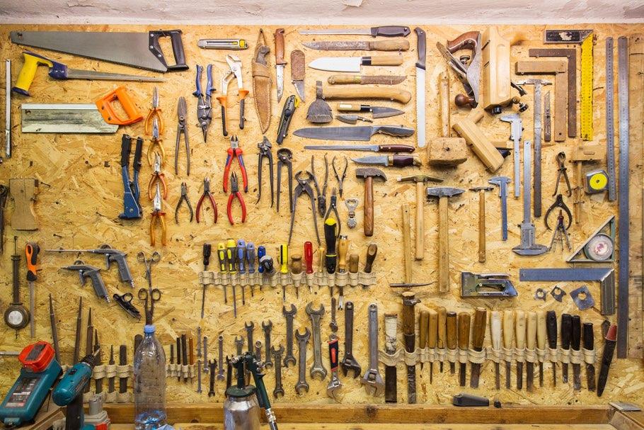 Lochwand mit Werkzeugen