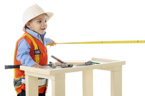 Kind spielt an Kinderwerkbank