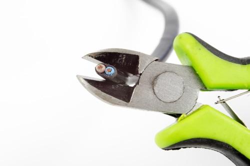 Seitenschneider beim Kabel abschneiden